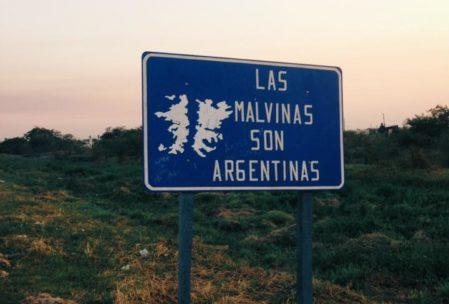 """""""Las Malvinas Adaları Arjantin'indir"""" yazıyor. Arjantin'de bu adalara Falkland Diyeni Dövüyorlar."""