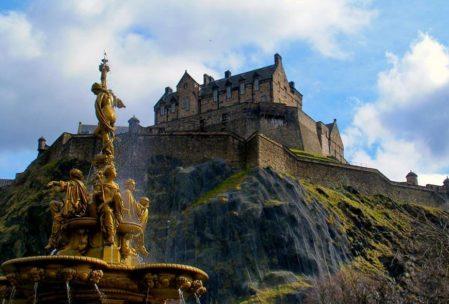 Edinburgh Kalesi bir dağın tepesine kurulmuş vaziyette