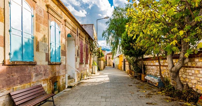 Foça tekne turları öncesin Foça evlerinin bulunduğu sokaklar muhakkak gezilmeli.